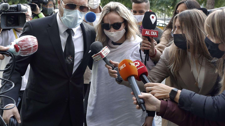 La esposa de Josep Maria Mainat, Angela Dobrowolski, acompañada por su abogado, Jorge Albertini. (EFE)