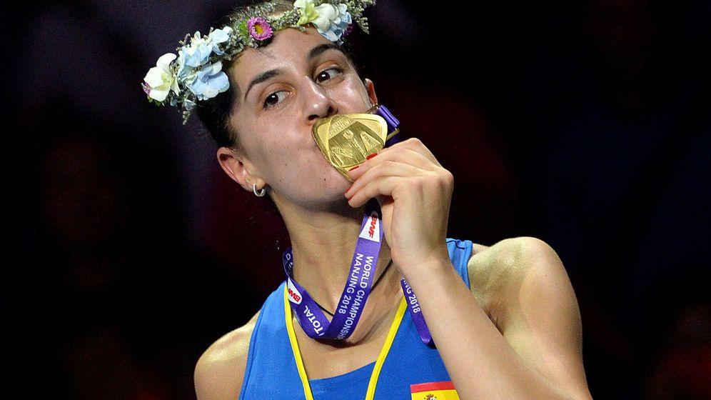 Foto: Carolina Marín besa la medalla de oro, la tercea de su palmarés. (EFE)