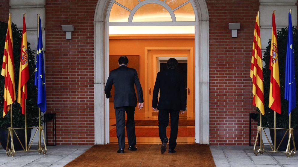 Foto: Primera reunión en Moncloa el pasado mes de abril entre Rajoy y Puigdemont. (EFE)
