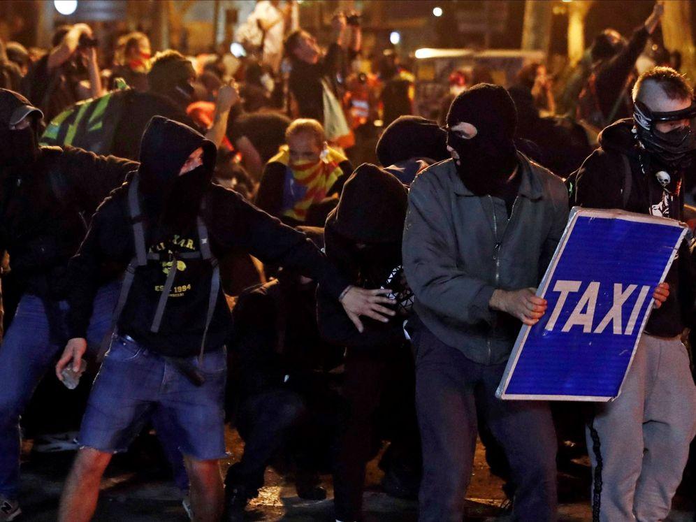 Foto: Manifestantes, durante los altercados del viernes en Barcelona. (EFE)