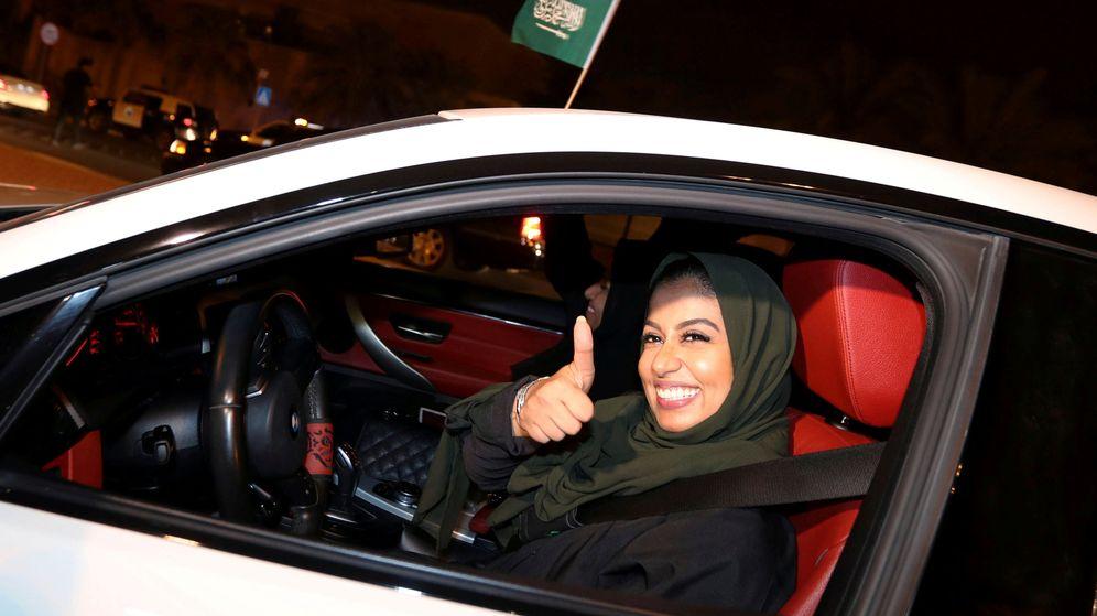 Foto: Una mujer celebraba el año pasado el fin de la prohibición de conducir para las mujeres. (Reuters)