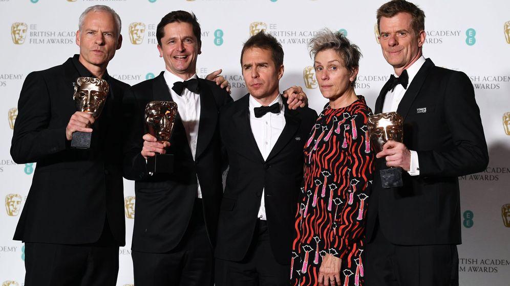Foto: Martin McDonagh, Peter Czernin, Sam Rockwell, Graham Broadbent y Frances McDormand, tras recibir sus premios por 'Tres anuncios en las afueras'. (EFE)