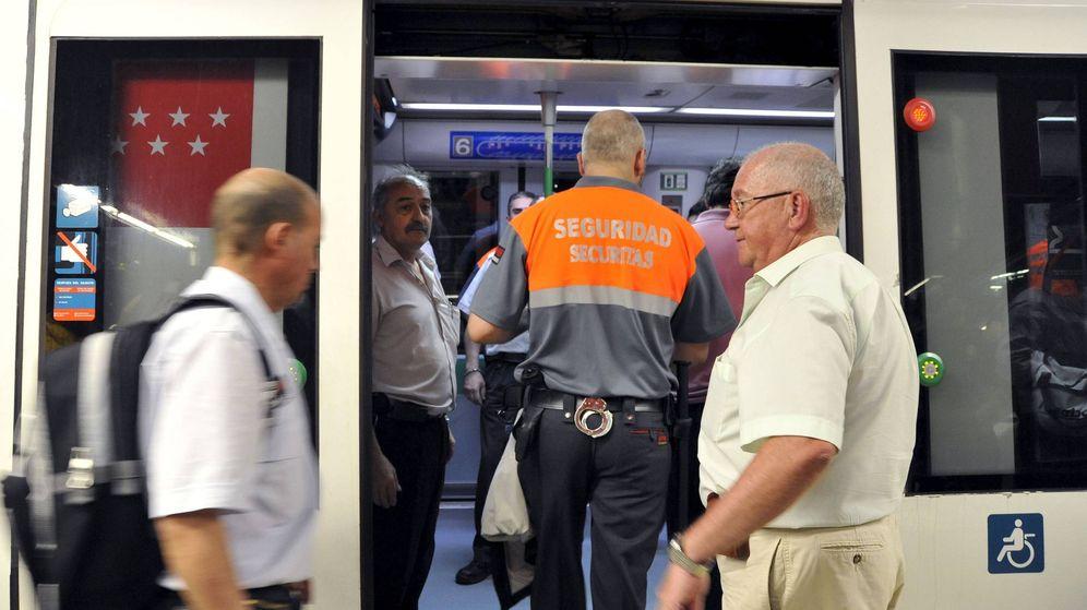 Foto: Vigilante de seguridad privada, en el metro de Madrid. (EFE)