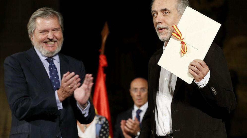 Foto: El cineasta Fernando Trueba junto al ministro de Cultura, Íñigo Méndez de Vigo, recogiendo el Premio Nacional de Cinematografía 2015. (Efe)