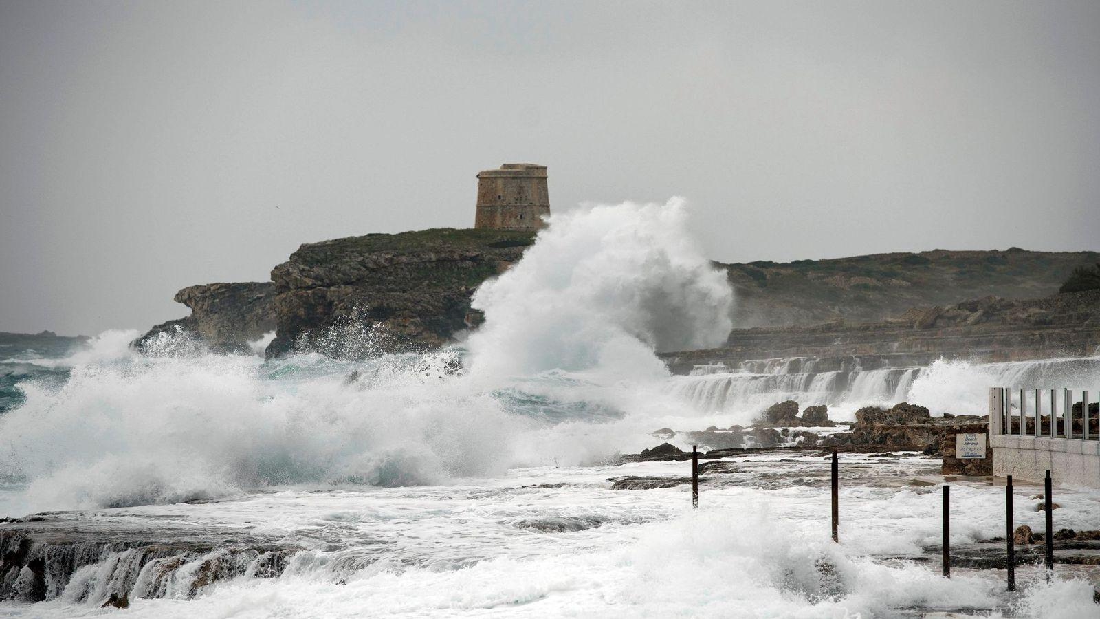 Foto: Fuerte oleaje junto al paseo marítimo de la urbanización S'Algar, en el municipio de Sant Lluís (Menorca). (EFE)