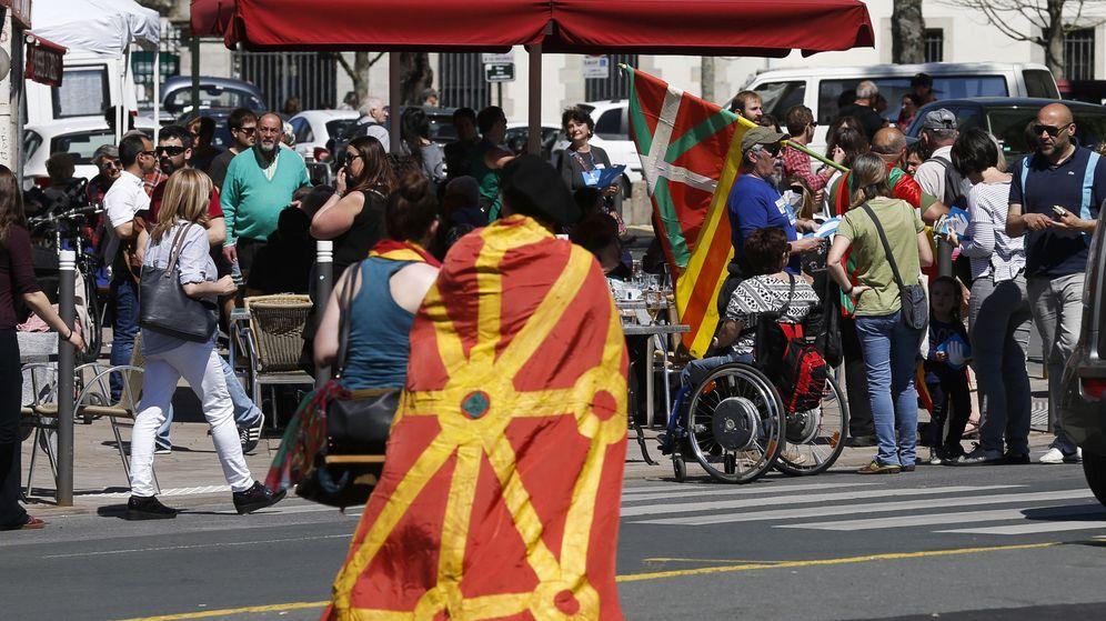 Foto: Jornada de actos en Bayona para respaldar la entrega de las armas de ETA. (EFE)