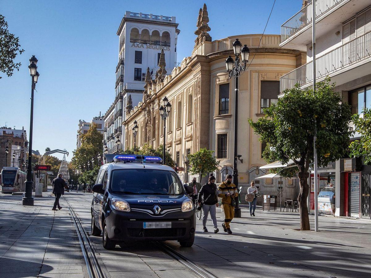 Foto: Un coche de Policía Nacional en Sevilla. (EFE)