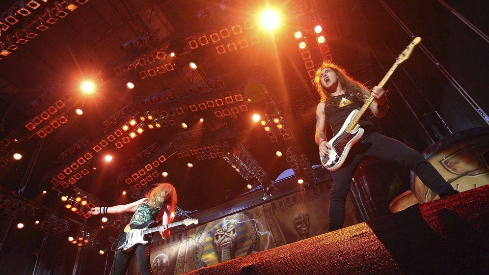 Foto: Steve Harris (d), bajista y líder de Iron Maiden en acción. (EFE)