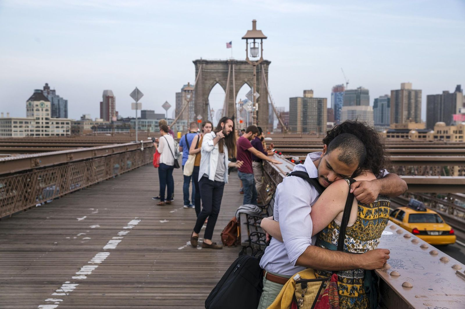 Foto: Una pareja se abraza sobre el Puente de Brooklyn poco antes del anochecer, en Nueva York, el 8 de junio de 2015 (Reuters).