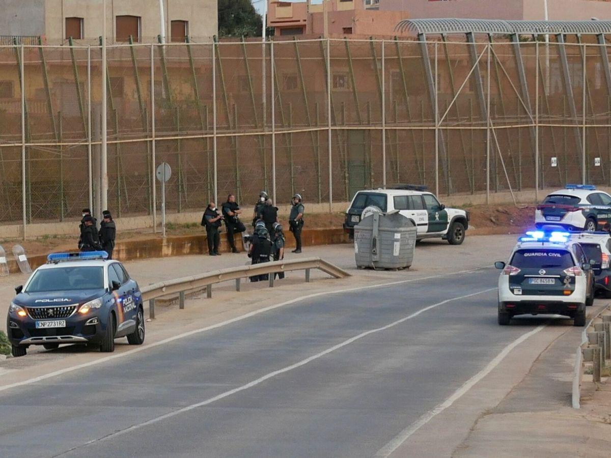 Foto: La Guardia Civil en la valla de Melilla. (EFE)