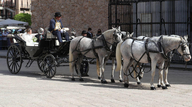 La novia en el carruaje tirado por caballos. (Gtres)