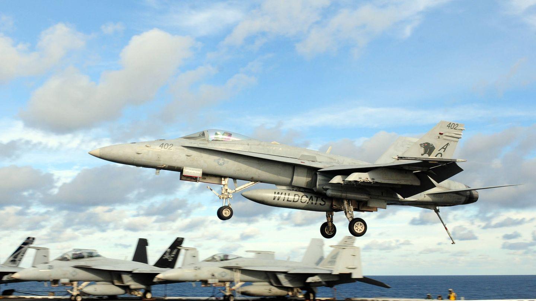 FA-18C Hornet a punto de tomar en el portaaviones USS Dwight D. Eisenhower (CVN 69) (US NAVY)