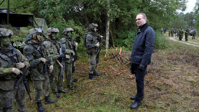 El ministro de defensa de Finlandia, Jussi Niinisto, visita a las tropas finlandesas durante unas maniobras conjuntas con Suecia, en la isla sueca de Gotland, el 19 de septiembre de 2017. (Reuters)
