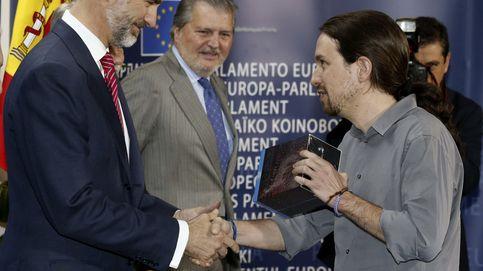 Pablo Iglesias regala al Rey Felipe la serie completa de 'Juego de Tronos'