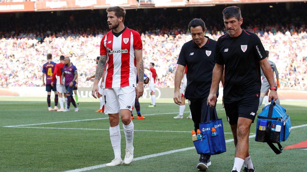 Foto: Iñigo Martínez, en el momento de retirarse por lesión ante el Barcelona. (Reuters)