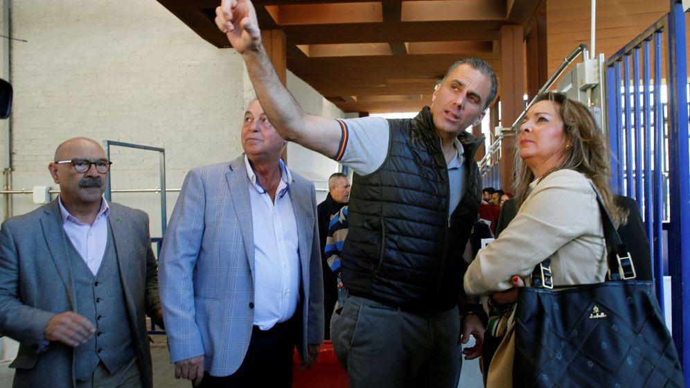 Foto: Jesús Delgado (segundo a la izquierda), junto al secretario general de Vox España, Javier Ortega Smith. (EFE)