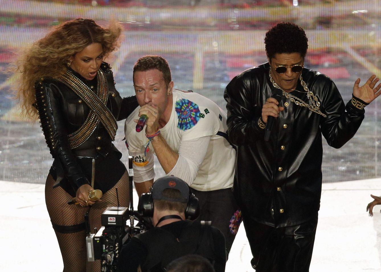 Foto: Beyoncé, Chris Martin y Bruno Mars durante su actuación en la Super Bowl