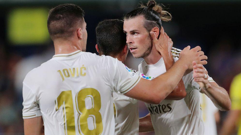 Foto: Luka Jovic felicita a Gareth Bale en el partido contra el Villarreal. (Efe)