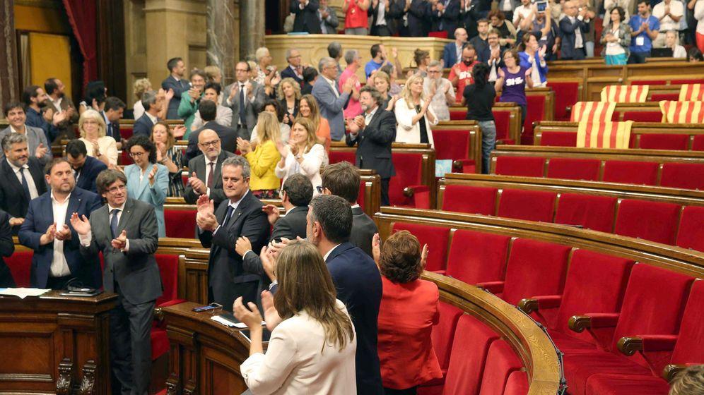 Foto: El presidente de la Generalitat, Carles Puigdemont (2i abajo), y su Gobierno celebran la aprobación de la ley del referéndum con los escaños vacíos de PSC, Ciudadanos y PPC. (EFE)