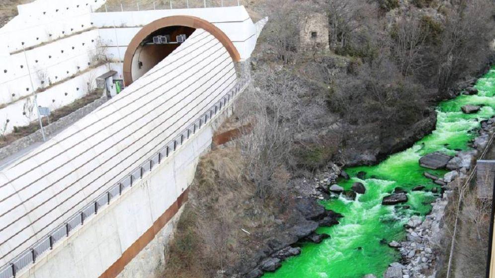 Foto:  El río Valira baja teñido de verde