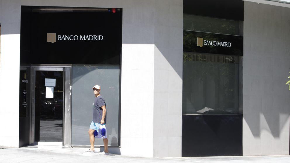 Cortan el agua al okupa de la sucursal de Banco Madrid en Marbella