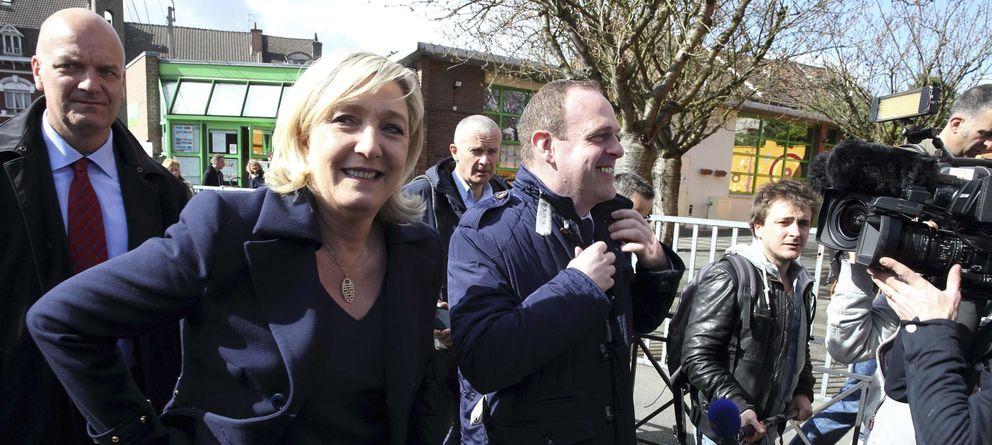 Foto: La líder del Frente Nacional, Marine Le Pen, y el secretario gneral Steeve Briois tras votar en Henin Beaumont. (Reuters)