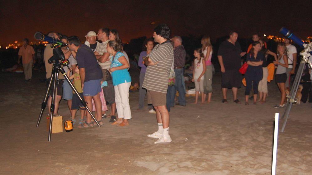 Foto:  Un grupo de malagueños observando las Perseidas desde la playa (A.C.T.)