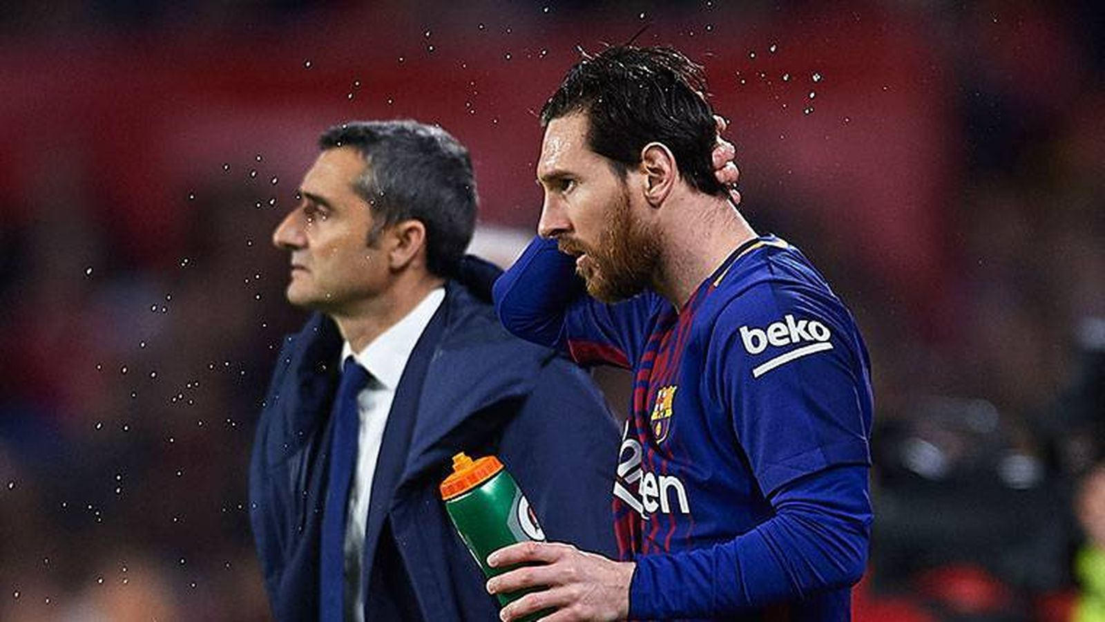 Foto: Valverde, junto a Messi, en la banda del Camp Nou. (EFE)