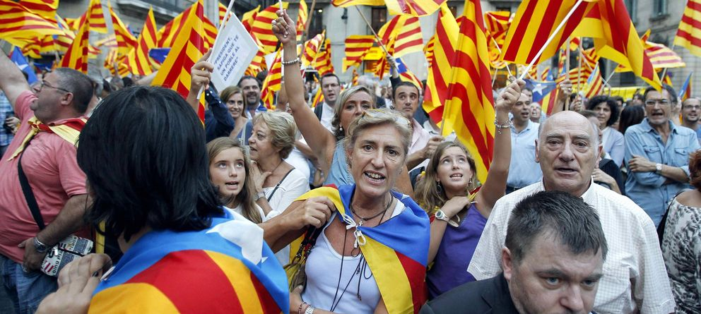 Foto: Varios miles de personas se concentran frente al Palau de la Generalitat para pedir la independencia (Efe)