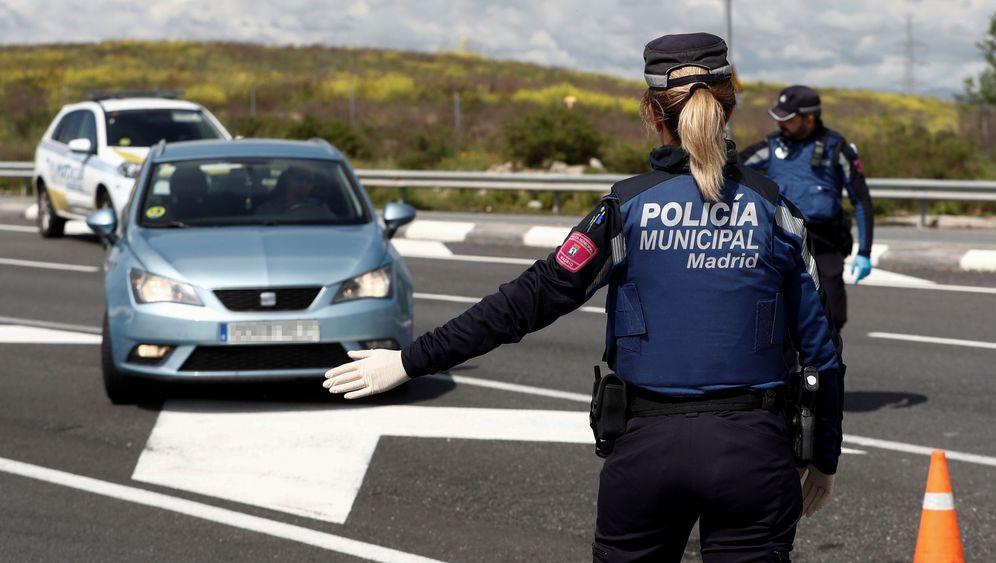 Foto: Un agente de la Policía Municipal detiene un vehículo en un control. (EFE)