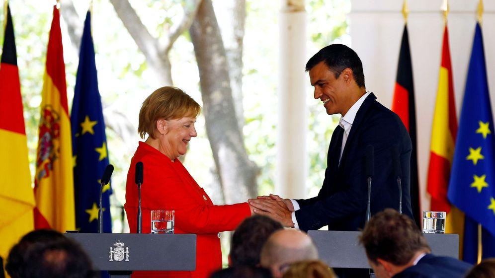 Foto: Encuentro en Sanlúcar de Barrameda de la canciller alemana, Angela Merkel, y el presidente del Gobierno, Pedro Sánchez. (EFE)