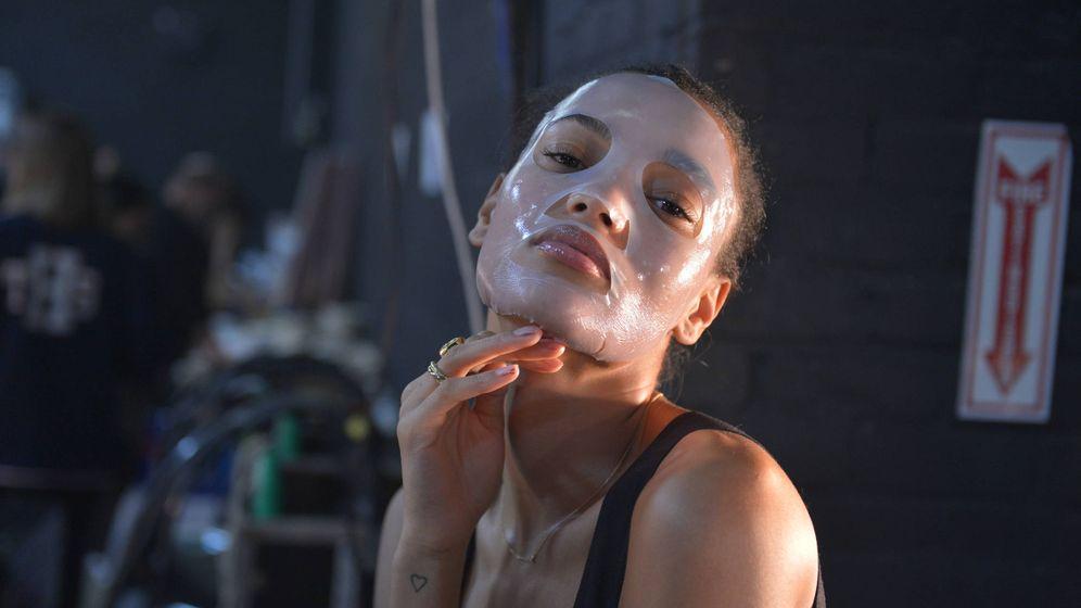Foto: La modelo Pamela Fox, en el backstage de Brandon Maxwell Spring 2020 posando con una tissue mask. (Getty)