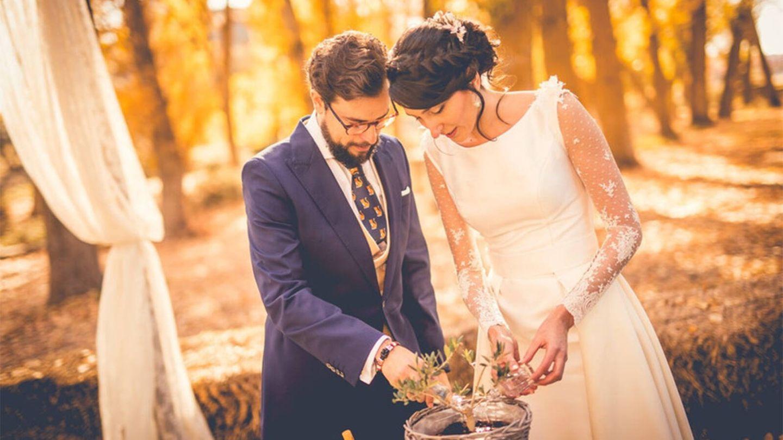 Pareja de novios realizando el ritual de la ceremonia de plantación. (Fotografía Artesano de la Luz vía Bodas.net)