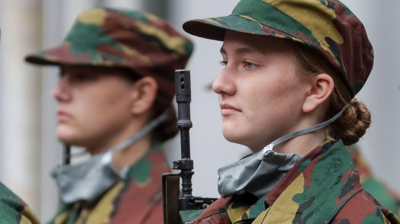 Su homóloga, Elisabeth de Bélgica, en el ejército. (EFE)