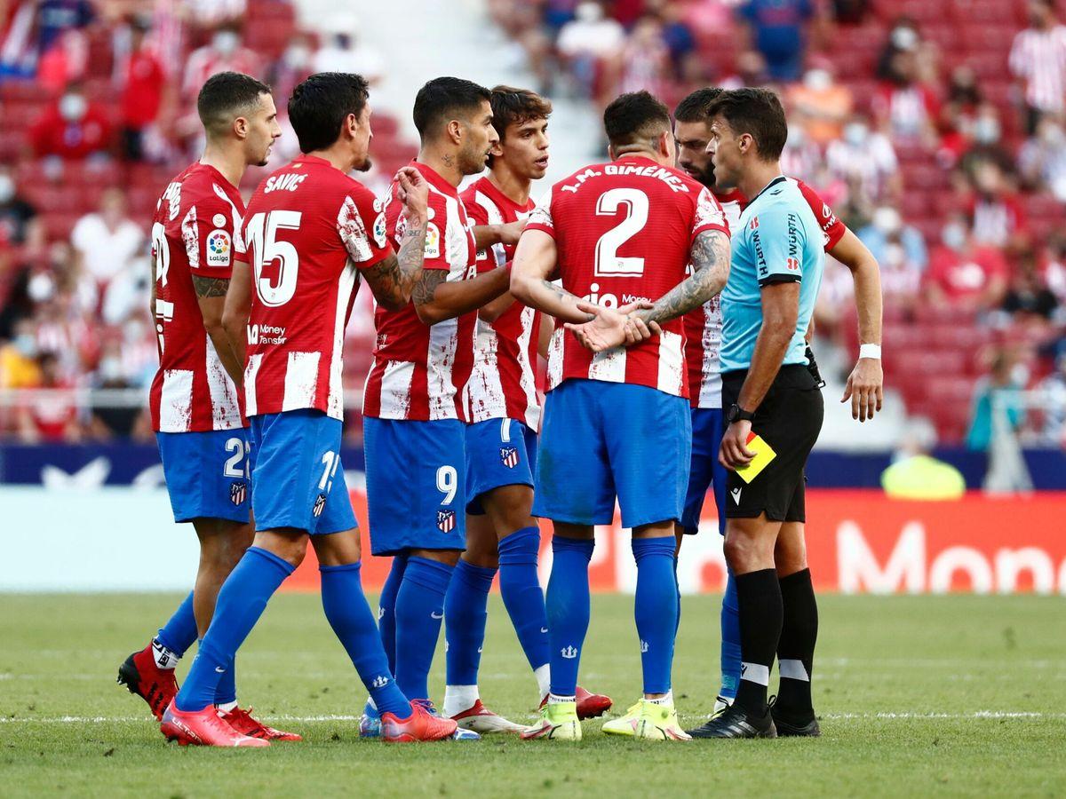 Foto: Los jugadores del Atlético de Madrid protestan la expulsión de Joao Félix. (Reuters)