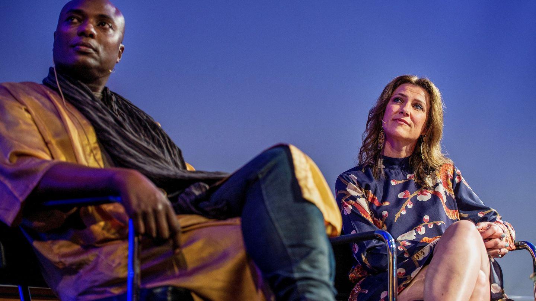 La princesa Marta Luisa y el chamán Durek Verret durante una de sus charlas. (EFE)