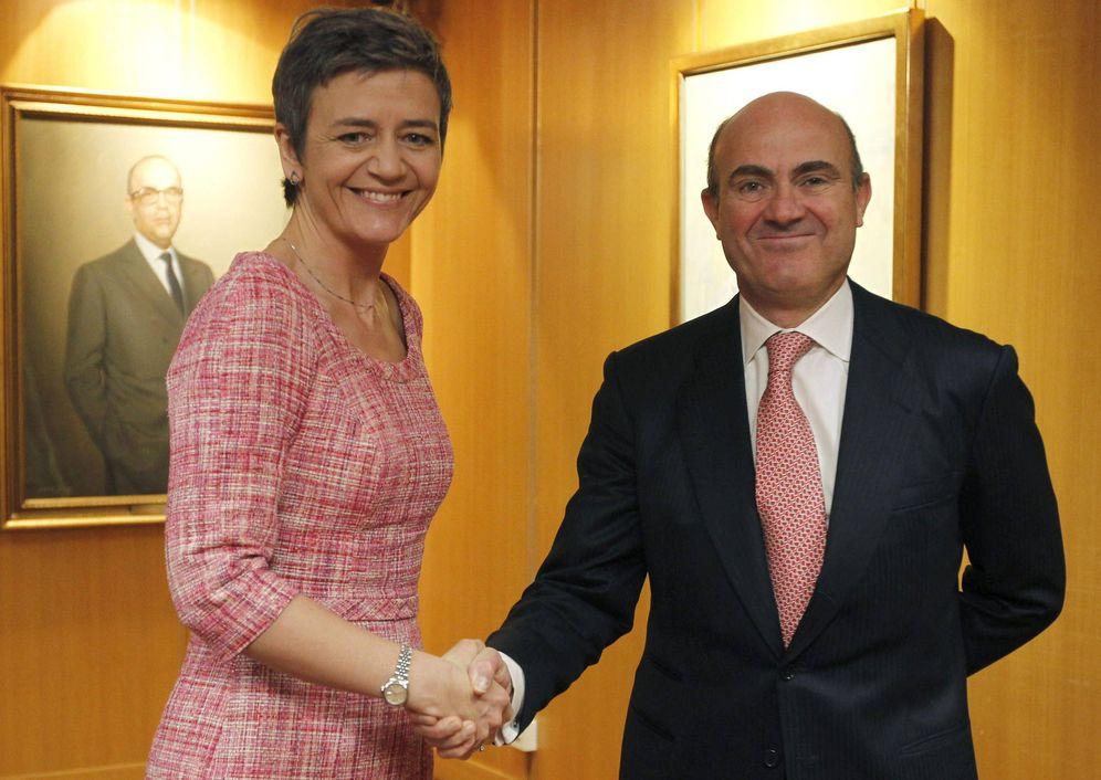 Foto: El ministro de Economía y Competitividad, Luis de Guindos (d) junto a la comisaria europea Margrethe Vestager. (EFE)