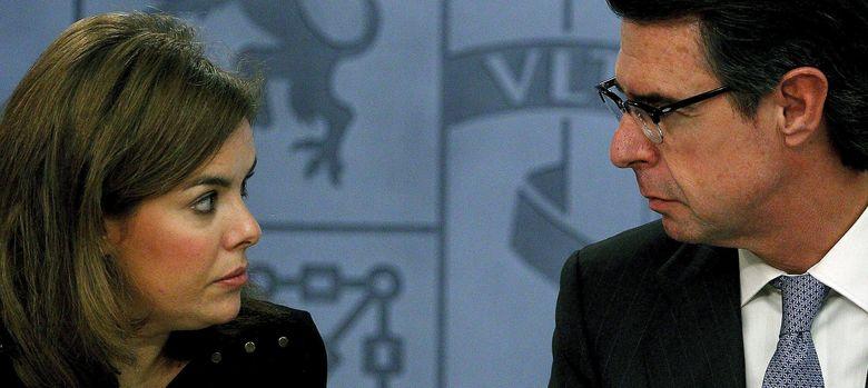 Foto: La vicepresidenta del Gobierno, Soraya Sáenz de Santamaría, y el ministro de Industria, Energía y Turismo, José Manuel Soria. (EFE)
