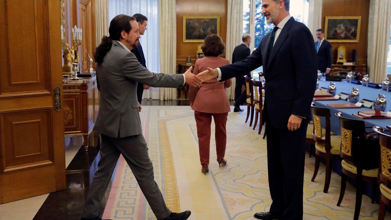 El rey Felipe VI recibe al vicepresidente segundo del Gobierno, Pablo Iglesias, a su llegada al Palacio de la Zarzuela. (EFE)