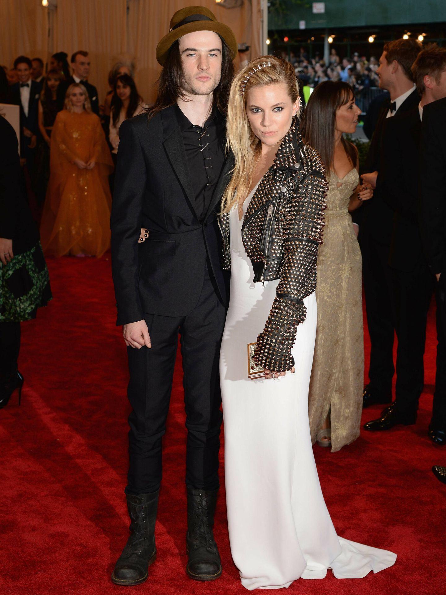 Sienna Miller y Tom Sturridge, en la gala MET. (Getty)