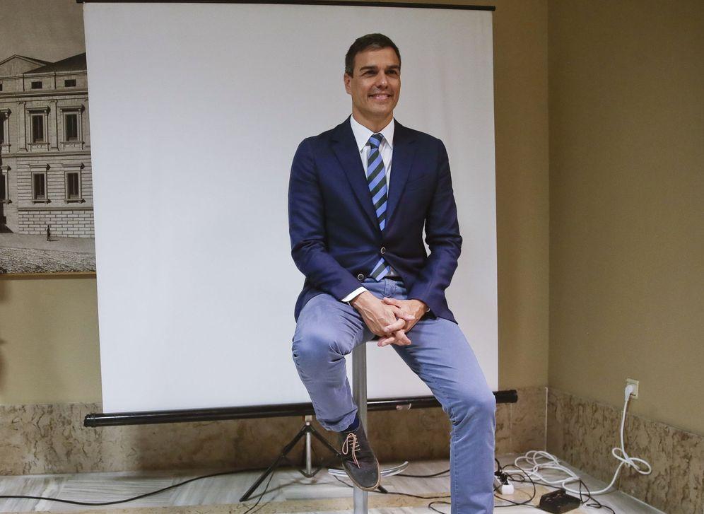 Foto: Pedro Sánchez posa para la fotografía oficial del Congreso, tras formalizar su acta de diputado de la XII Legislatura, el pasado 18 de julio. (EFE)
