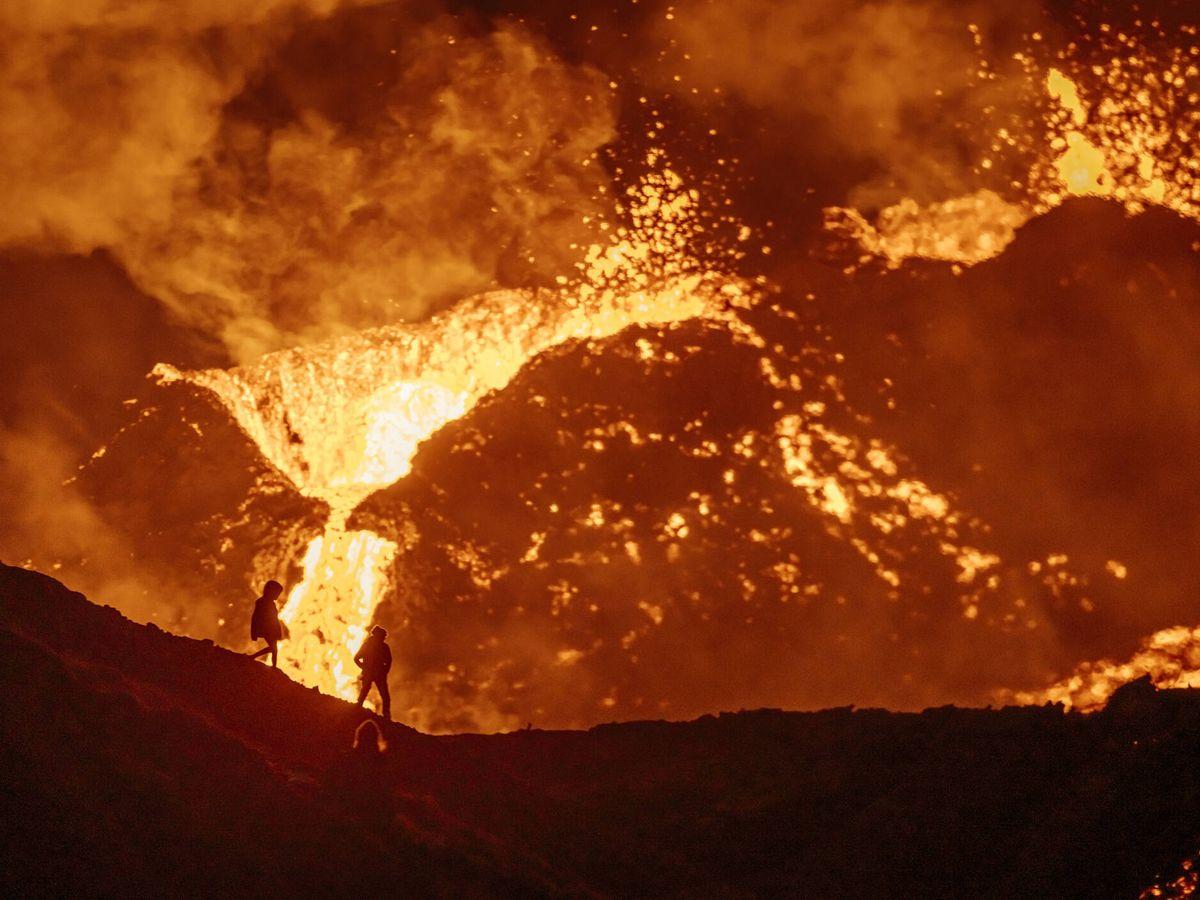 Foto: El volcán Fagradalsjall erupciona y dos personas lo ven. (iStock)