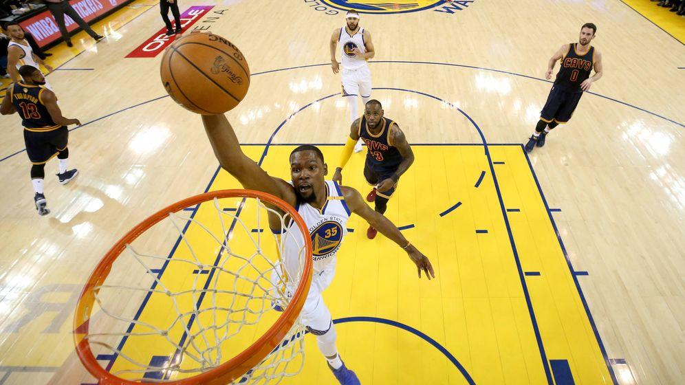 Foto: Kevin Durant hace un mate ante la mirada de LeBron James en el primer partido de la final de la NBA. (Getty Images)