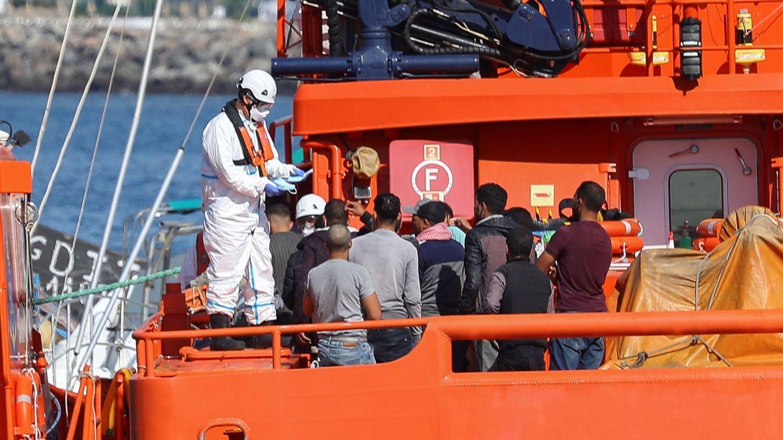 Cruz Roja Española va a movilizar voluntarios de otros lugares para reforzar a los equipos que trabajan en el puerto de Arguineguín (Gran Canaria). (EFE)