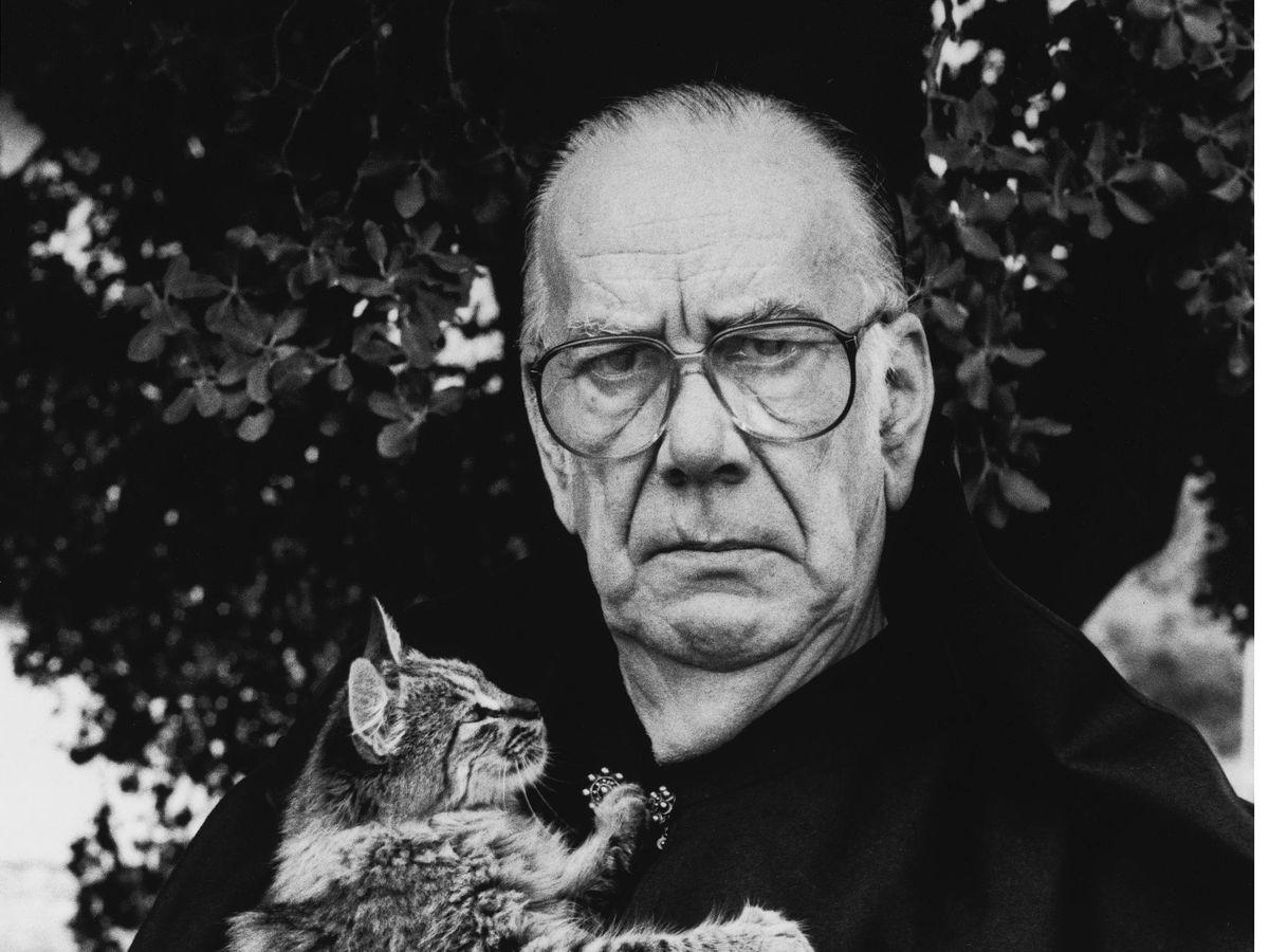 Foto:  Camilo José Cela sostiene un gato, en una imagen de 1989. (Cordon Press)