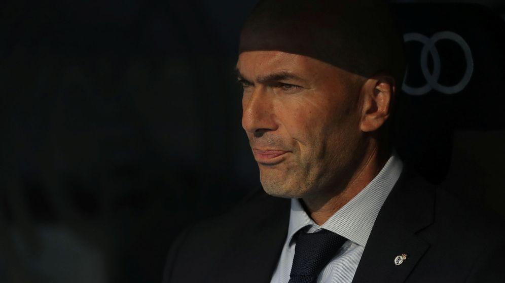 Foto: Zidane con gesto serio en el banquillo del Real Madrid. (Efe)