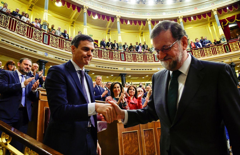Foto: Mariano Rajoy felicita a Pedro Sánchez tras ganar la moción de censura, el 1 de junio de 2018 en el Congreso. (Reuters)