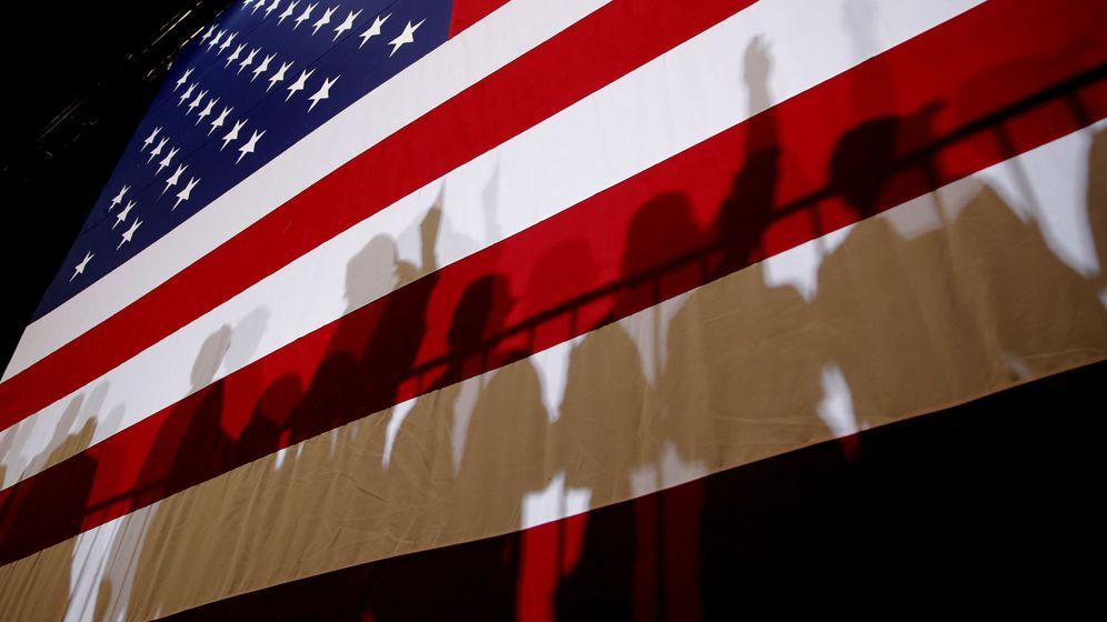 Foto: Las sombras de partidarios de Donald Trump se proyectan sobre la bandera estadounidense durante un acto en Las Vegas, el 20 de septiembre de 2018. (Reuters)