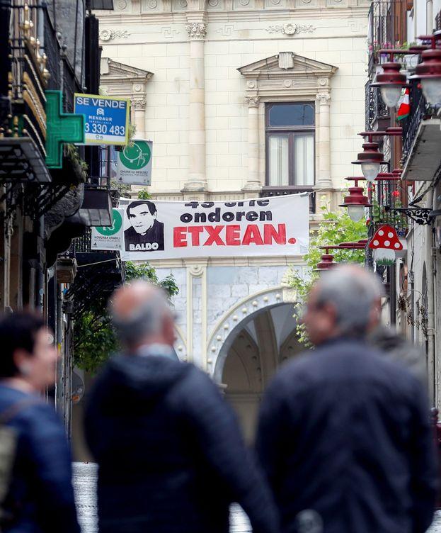 Foto: El etarra Baldo sale de Zuera y es homenajeado en las calles de Hernani. (EFE)
