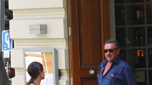 El romántico beso entre Carlos Herrera y su novia, María Cristina, por las calles de Madrid